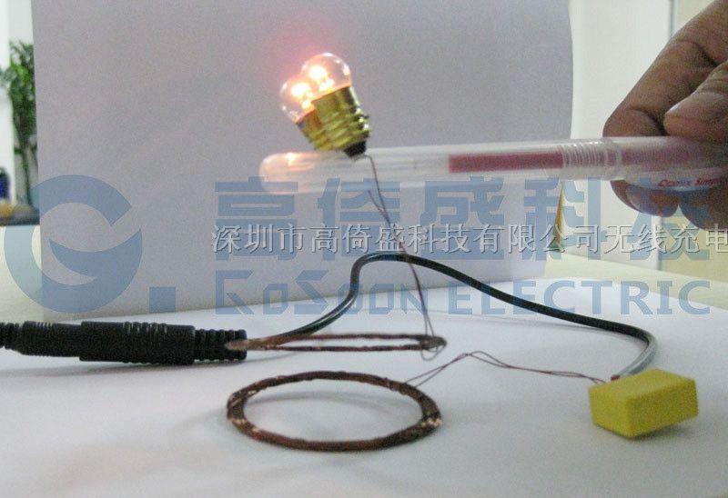 GYS无线充电系列,是深圳市高倚盛科技有限公司最新推出的一种高效率无线供电模块,内部集成了振荡电路、整形电路、检测电路、频率干扰抑制电路、电流自动控制、无线发射管等,输入电压5-12V,可方便的从USB直接供电,在常规应用下,能为接收端提供300-2000mA的供电电流,并把电磁波频率控制在对人体无害区域,对家用电器及数码产品无影响,可边充边用。其原理利用了电磁波传输时的谐振技术, 使效率达到了目前世界上最高极限(最高时效率可达70% 以上),比日本松下无线充电产品效率高出20%,广泛的应用在了手机、MP